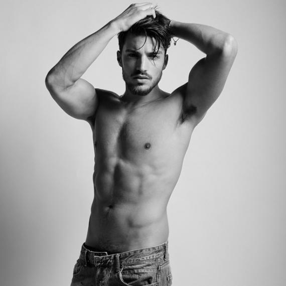 Mariano di Vaio desnudo: sexy y con pelazo