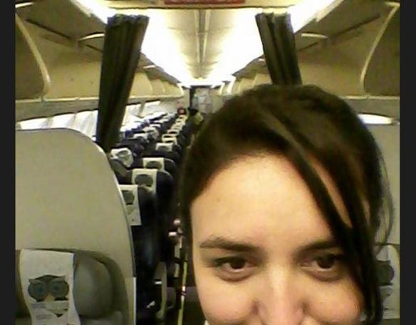 Se queja a una aerolínea de que sus azafatas son gordas y le contestan así