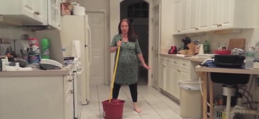 Una embarazada hace un baile sexy con final inesperado