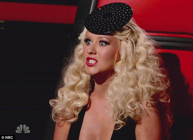 Christina Aguilera agrede a Micky Mouse en Disneyland