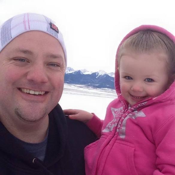 Un padre soltero se hace un experto en peinados para que su hija vaya guapa al cole