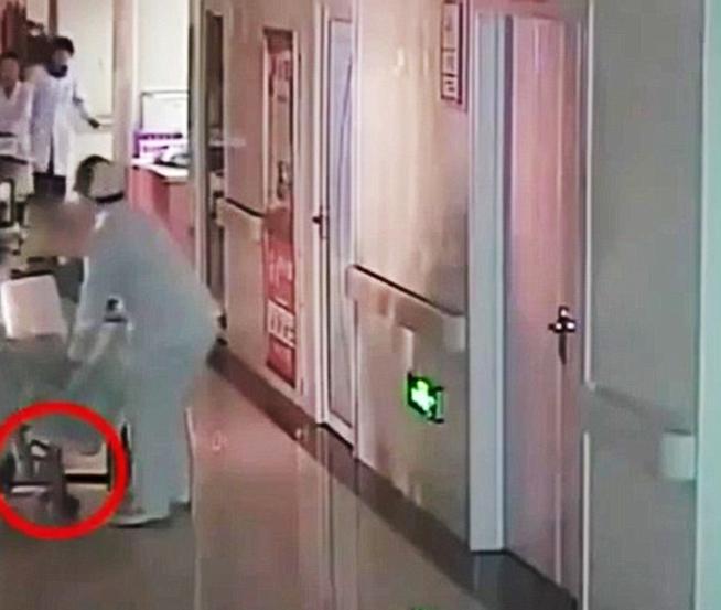 Dio a luz en una silla de ruedas del hospital y el bebé murió al caer