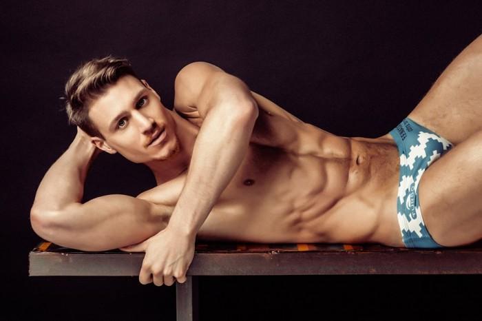 Coen Koch desnudo: jugador de waterpolo y modelo espectacular