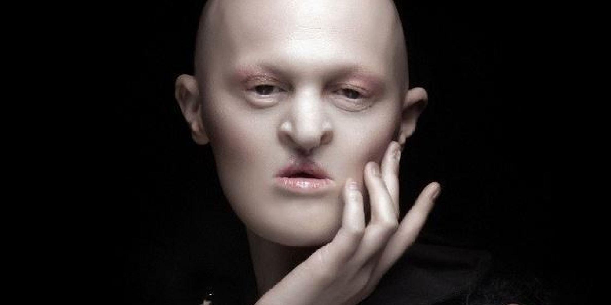 Melanie Gaydos, una modelo sin pelo ni dientes