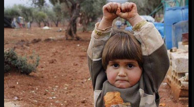 La conmovedora foto de una niña siria que levanta las manos al pensar que la cámara es un arma