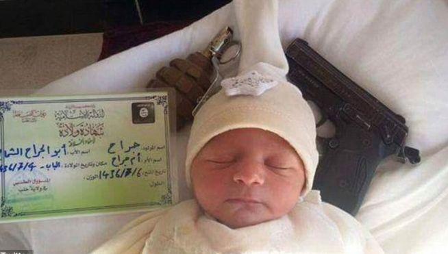 El Estado Islámico difunde la foto de un bebé rodeado de armas