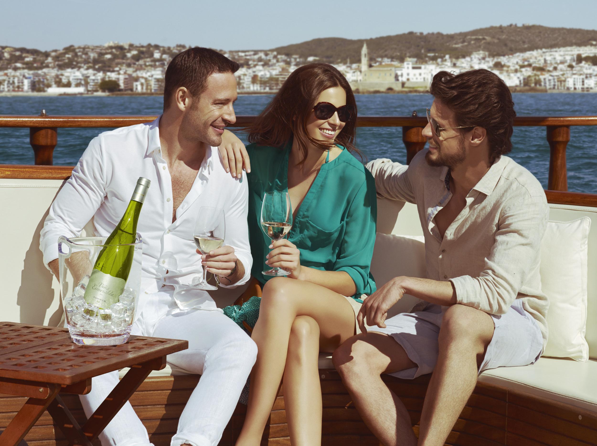 Sofisticación, sostenibilidad y mucha feminidad en la nueva botella de Viña Esmeralda