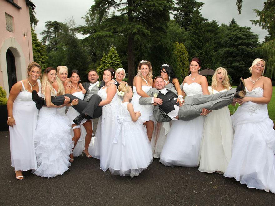 Esta pareja gay pidió a sus damas de honor que fueran con traje de novia a la boda