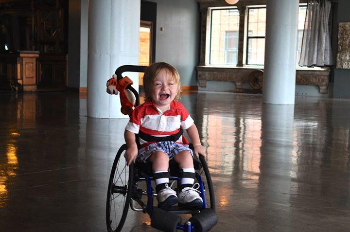 Vio como este ni o jugaba con su hijo en silla de ruedas y ahora le env a este mensaje estarguapas - Silla de ruedas ninos ...