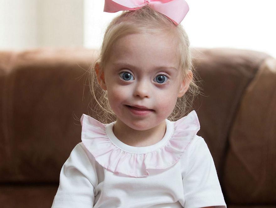 Esta niña con Síndrome de Down se ha convertido en modelo gracias a su sonrisa