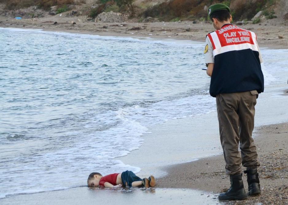 La foto de un niño sirio muerto en la playa sobrecoge al mundo