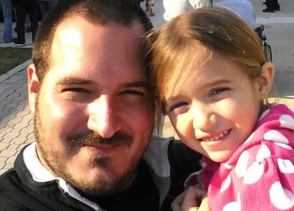 Padre soltero se vuelve un experto en peinar a su hija y ahora enseña a otros padres