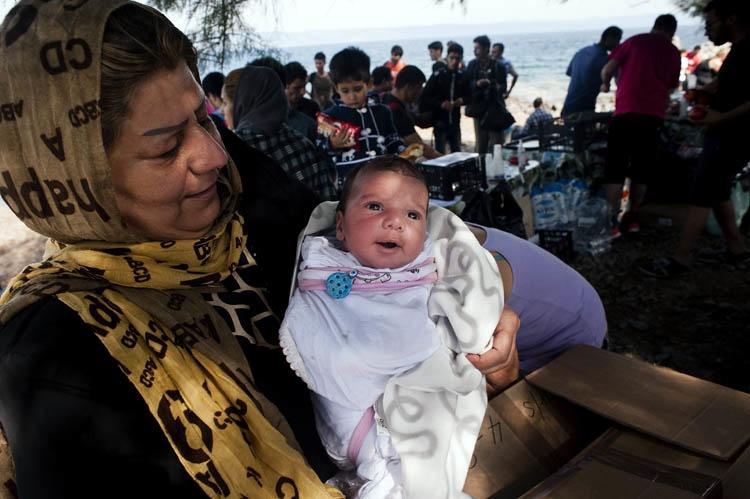 Al ver a cientos de refugiados caminar con sus bebés, esta madre decidió hacer algo