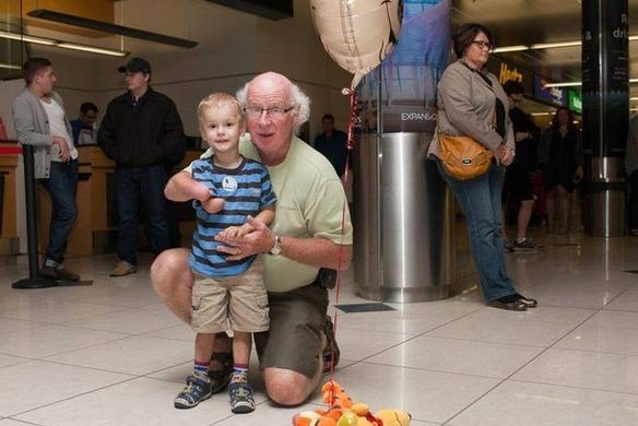 El momento mágico en el que este niño adoptado conoce a su nuevo abuelo