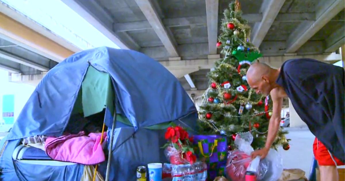 El espíritu navideño de este hombre sin hogar te hará emocionarte