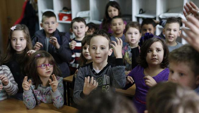 Toda la clase aprende lengua de signos para integrar a un compañero sordo