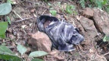 Una mujer entierra vivo a su hijo y lo abandona en el campo