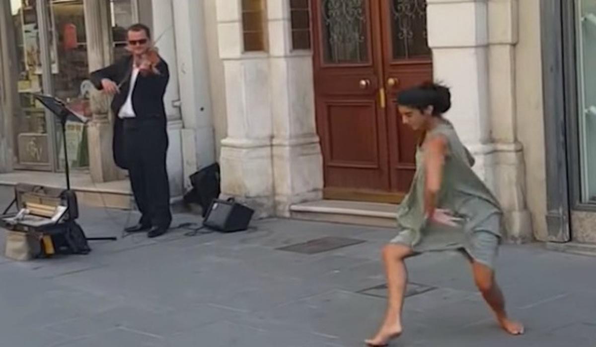 Anima a su hija a bailar con la música de un violinista callejero. Lo que ocurrió fue mágico