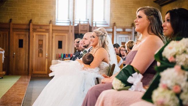 Comparte una foto amamantando a su hija en su boda y se convierte en todo un icono