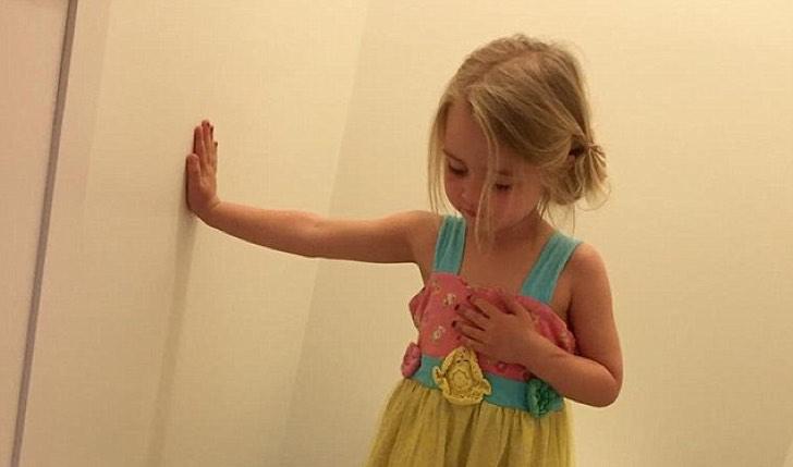 Parece una divertida foto de una niña, pero esconde una triste realidad