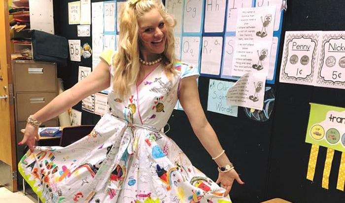 """Pide a sus alumnos de primaria que le """"decoren"""" su vestido. ¡El resultado es genial!"""