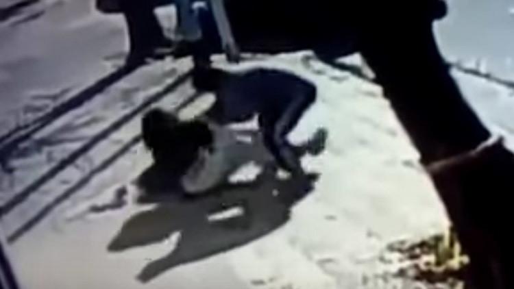 Un atracador intenta robarle a su bebé en plena calle