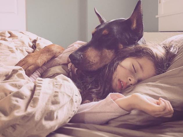 Esta niña y su doberman tienen la relación más tierna que hayas visto nunca