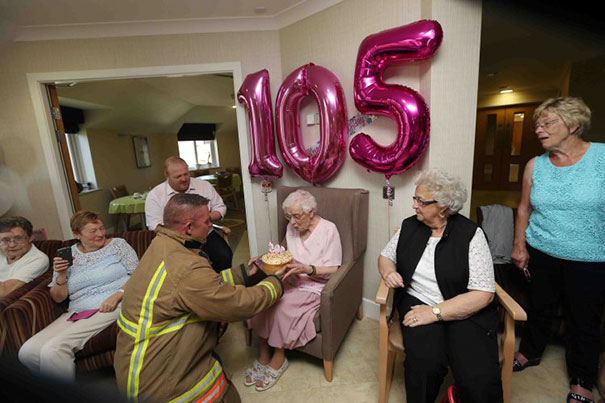 Esta anciana pidió por su 105 cumpleaños... ¡un bombero tatuado!