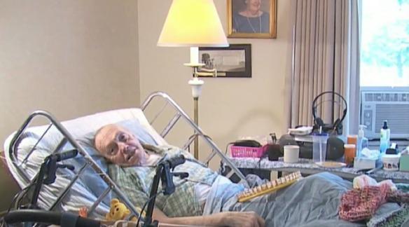 Este enfermo de cáncer teje cientos de gorros para personas sin hogar