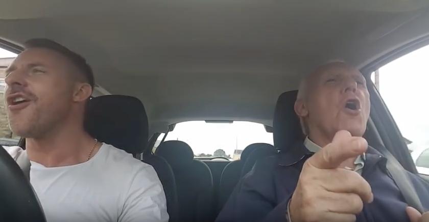 Este hombre con alzheimer vuelve a ser él mismo cuando canta