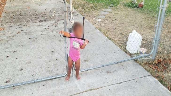 Esta niña fue encontrada sola en la calle atada a una reja