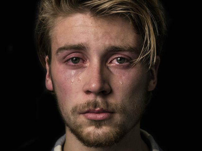 Fotografía a hombres llorando para acabar con el tópico ...