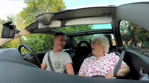 Le hace a su abuela el mejor regalo del mundo e internet muere de amor