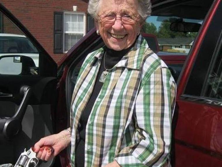 Una abuela de 81 años le arranca los testículos a los violadores de su nieta