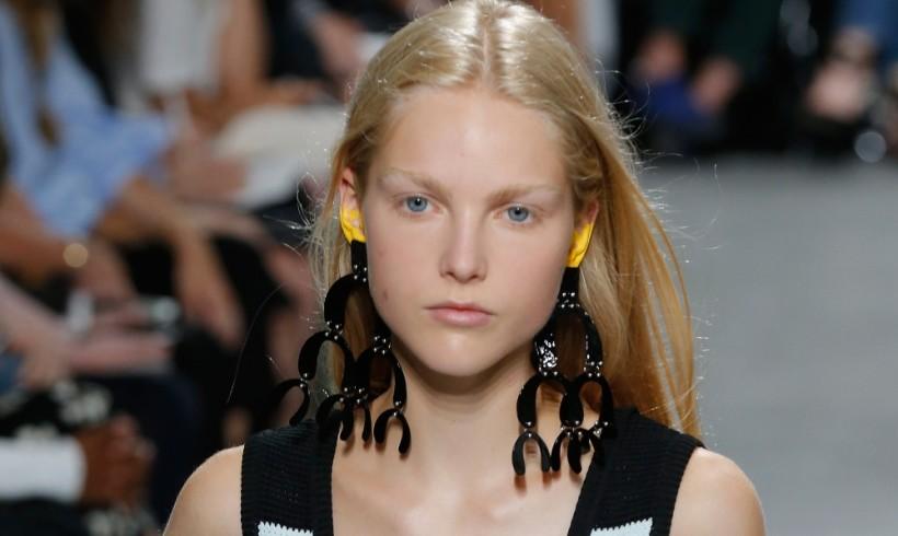Maquillar las orejas: la última tendencia loca que tú también querrás copiar