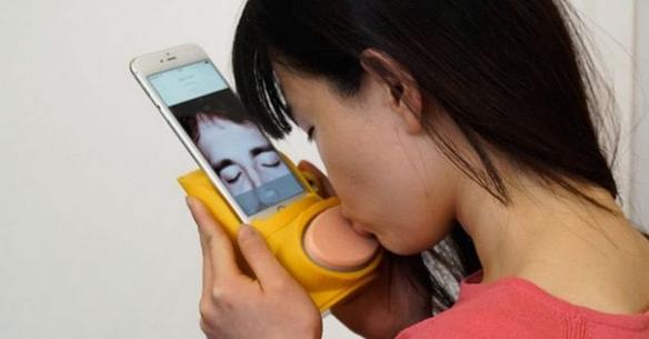 Este gadget permitirá los besos a distancia a través del móvil