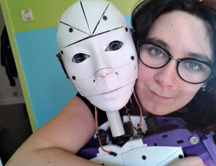 Esta mujer está enamorada de un robot y quiere casarse con él