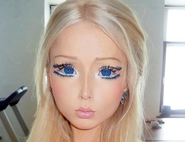 ¡No creerás el aspecto de la Barbie humana sin nada de maquillaje!