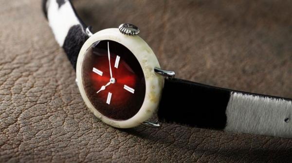 El reloj de un millón de dólares que está hecho de queso y cuero de vaca