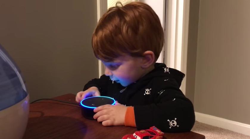 Le pide una canción infantil a su juguete electrónico y este le contesta con... porno