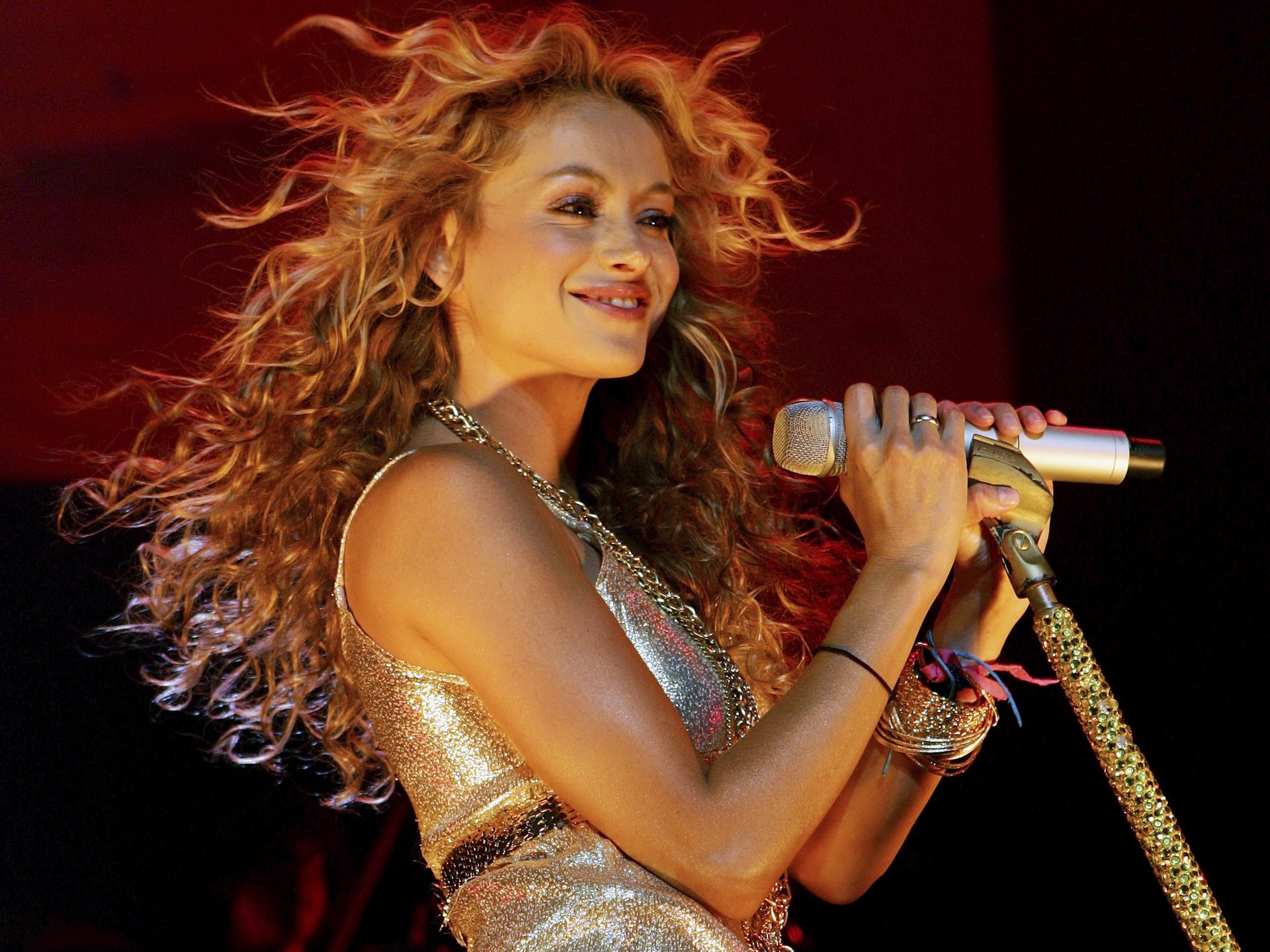 La brutal caída de Paulina Rubio en pleno concierto