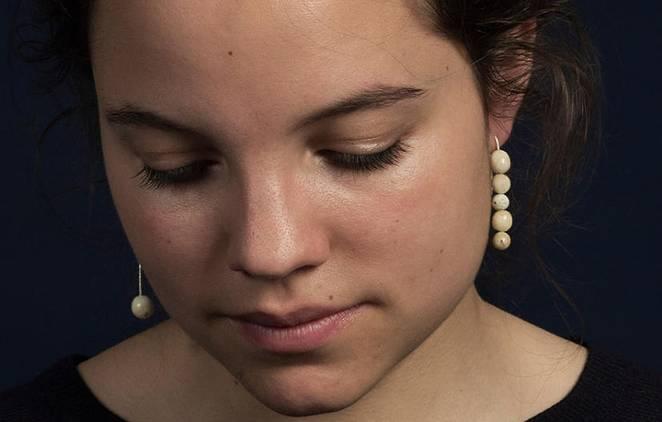 Esta diseñadora diseña joyas de lujo con dientes humanos