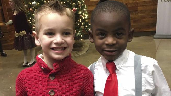 Este niño se cortó el pelo igual que su amigo para que no pudieran distinguirlos