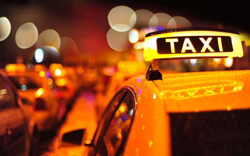 salta del taxi para evitar violacion