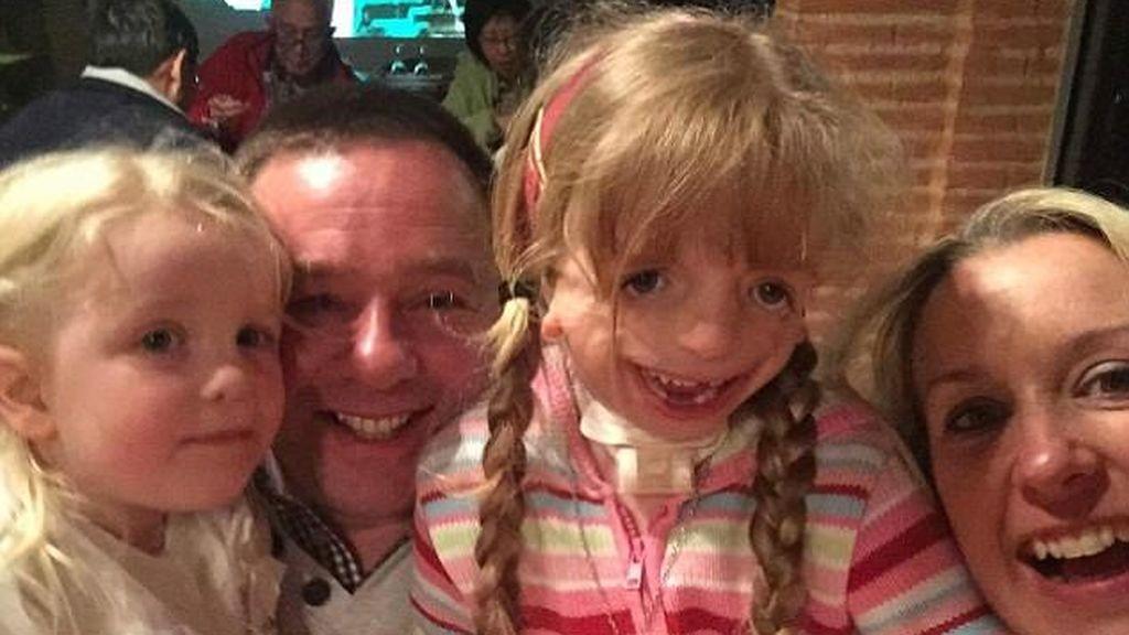 """A pesar de su trastorno genético, Maisie es """"la niña más feliz del mundo"""""""
