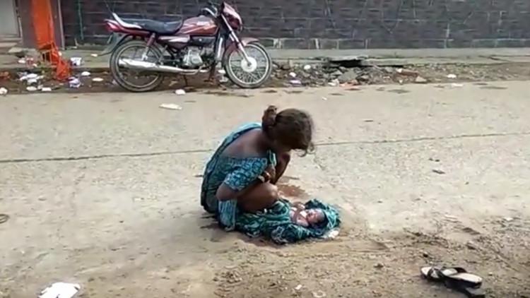 da a luz sola en la india