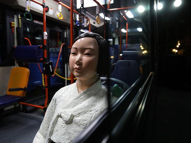 El estremecedor motivo por el que hay estatuas de mujeres en los buses de Seúl