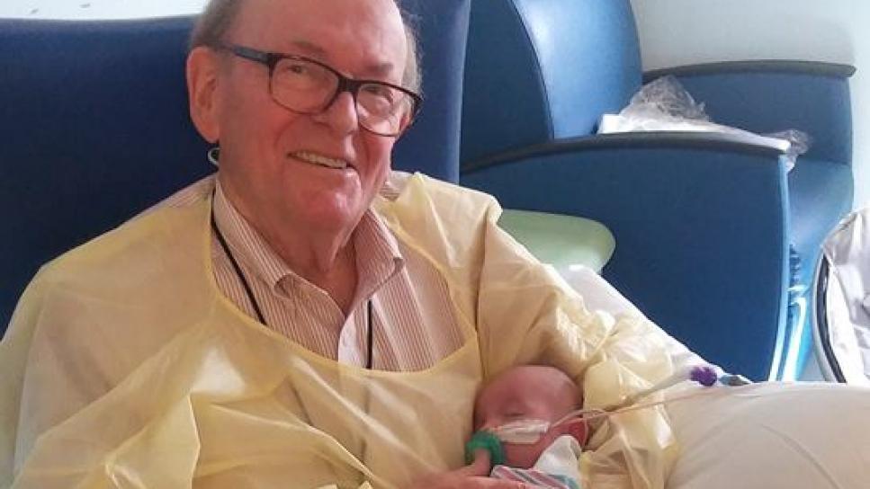 """""""Abuelo UCI"""", el anciano que trabaja en un hospital abrazando bebés"""