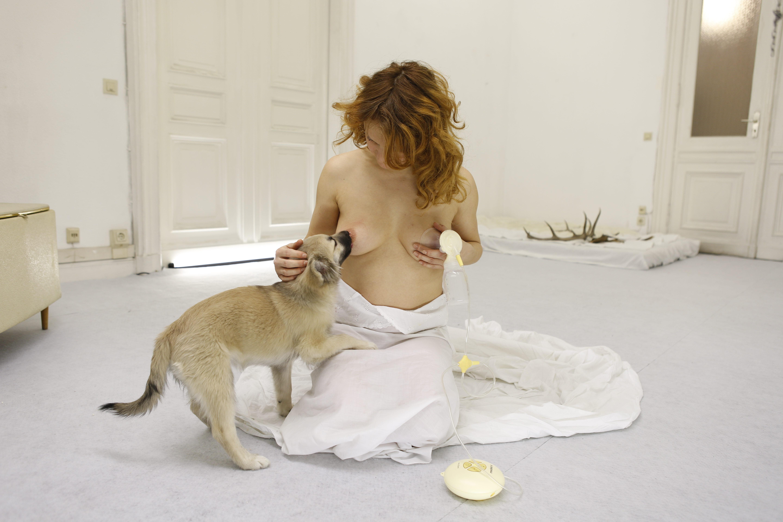 Esta mujer ha ganado un premio tras amamantar a su perro durante 3 meses