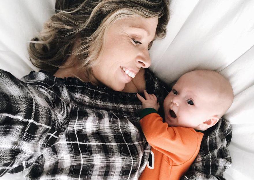 Esta bebé de dos meses se emociona al oír a su madre por primera vez